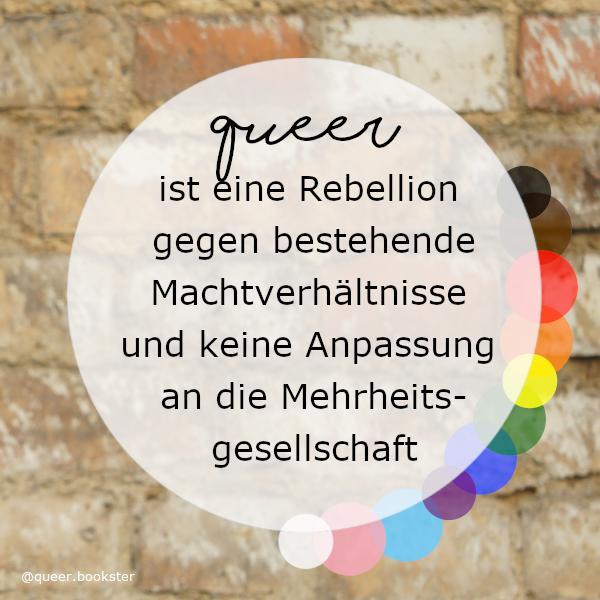 Vor einer Steinwand ist ein weißer halb transparenter Kreis in dem steht »queer ist eine Rebellion gegen bestehende Machtverhältnisse und keine Anpassung an die Mehrheits-gesellschaft«. Rings herum sind bunte Kreise in den Farben der Pride-Flagge.