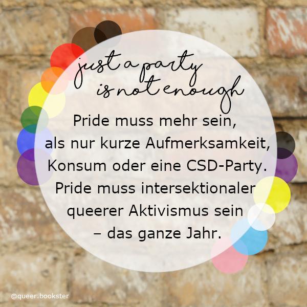 Vor einer Steinwand ist ein weißer halb transparenter Kreis in dem steht »Pride muss mehr sein, als nur kurze Aufmerksamkeit, Konsum oder eine CSD-Party. Pride muss intersektionaler queerer Aktivismus sein – das ganze Jahr.«. Rings herum sind bunte Kreise in den Farben der Pride-Flagge.