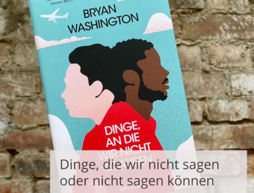 Eine Hand hält das Buchcover von Bryan Washingtons »Dinge, an die wir nicht glauben« vor einer Steinwand. Davor ist die Überschrift geschrieben: »Dinge, die wir nicht sagen oder nicht sagen können. Bryan Washingtons Romandebüt«.