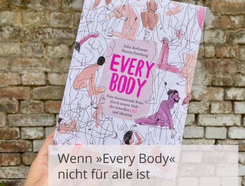 """Eine Hand hält das Buchcover von »Every Body« vor einer Steinwand. Davor ist die Überschrift geschrieben: »Wenn """"Every Body nicht für alle ist. Oder warum das kein Aufklärungsbuch ist«."""