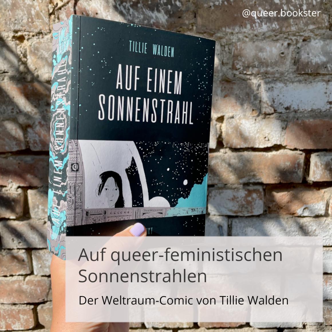 Eine Hand hält das Buch »Auf einem Sonnenstrahl« von Tillie Walden vor einer Steinwand. Davor steht die Überschrift: Auf queer-feministischen Sonnenstrahlen. Der Weltraum-Comic von Tillie Walden.